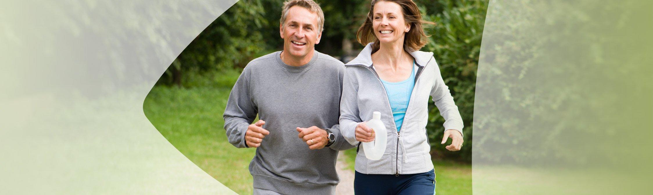 Zwei Jogger laufen durch den Park
