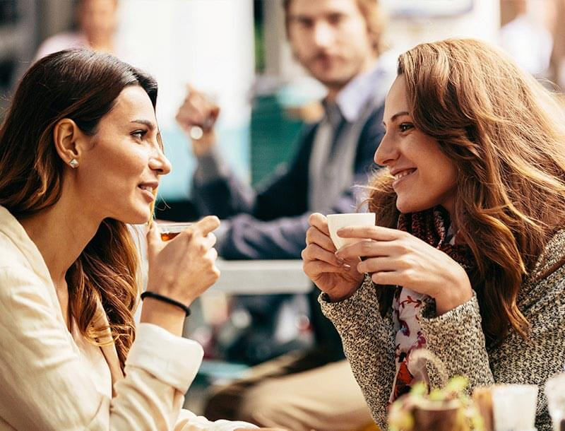 Zwei Freundinnen beim Gespräch im Café